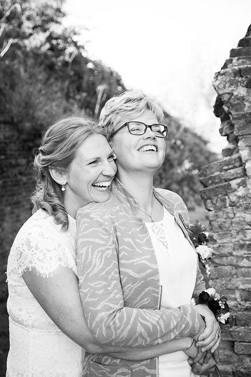 spontane bruidsfoto zwartwit