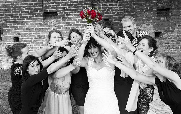 bruidsfoto kleur in zwartwitfoto-