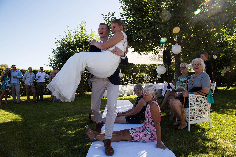 bruid wordt opgetild