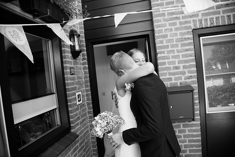 bruidspaar knuffelen