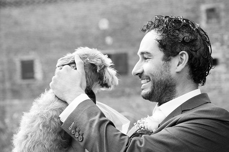 bruidegom met hond