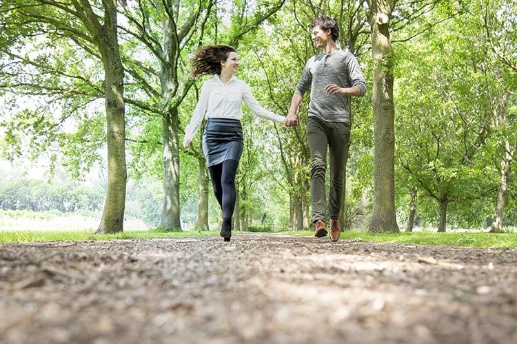 rennen in het bos loveshoot