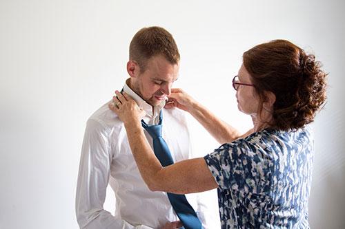 zoon moeder aankleden bruiloft fotograaf