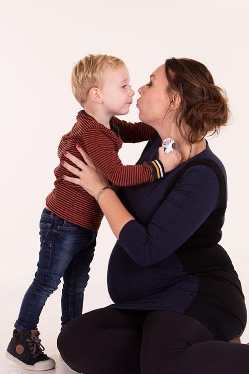 moeder zoon zwangerschapsfoto