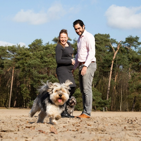 Zwanger fotoshoot buiten met hondjes