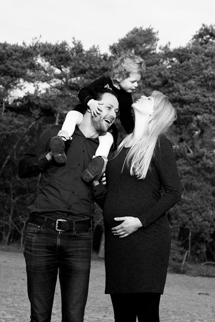 zwanger fotografie in buitenlucht zwartwit