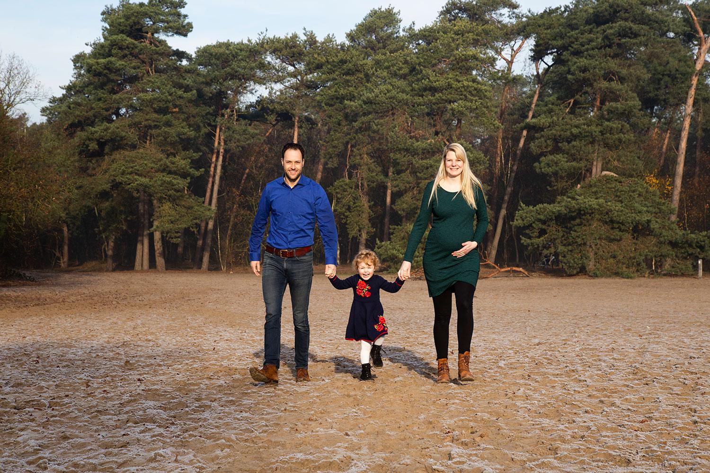 zwangerschapfotoshoot met kinderen buiten