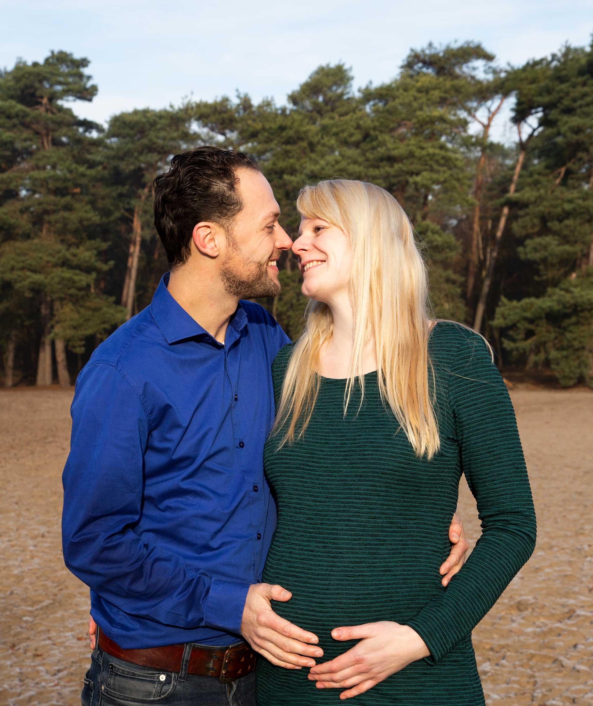 fotoshoot zwangerschap buiten in de natuur