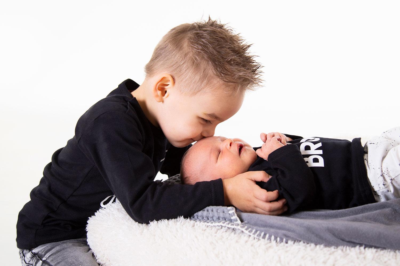 newbornshoot met oudere broer